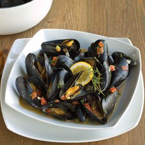 Steamed Mussels wtih Fresh Herbs and Wine Sauce